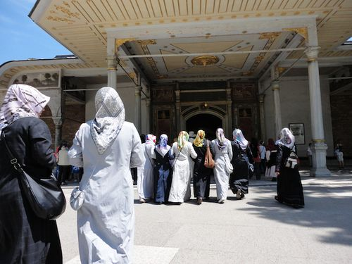 AARAAB LADIES GOING TO MOSQUE